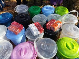 Wasserbehälter und Seifenstücke