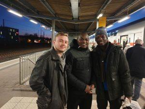 Tim aus dem Malawi-Team, Robert und Lawrent beim Abschied am Bahnhof